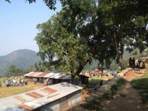 臨時の建屋で授業を再開したフルカルカ村